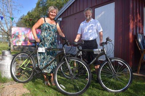 GAVE: Tove Karin Halse Lervik og Halsa Frivilligsentral har mye utstyr til utleie. Torsdag kveld kom Otto Betten fra Power Surnadal med gave til utstyrssentralen; to nye sykler som brukerne kan leie.