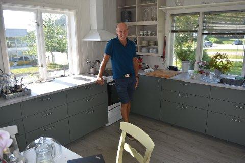 NYTT KJØKKEN: Johannes Lervik, styreleder i Villa Viungen, i det flotte nyrestaurerte kjøkkenet i det råde huset på Liabøen. Han har nok med sine mange arbeidstimer ganske stor del av æren for at resultatet av dugnaden ble så bra som den ble.