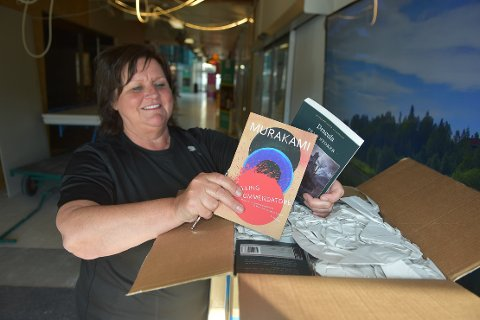 PAKKER UT: De første kassene med bøker er allerede ankommet, og Tove Sundli kan knapt vente til åpningsdagen torsdag 2. juli. Da åpner ARK dørene til en flunkende ny bokhandel i Alti Surnadal.