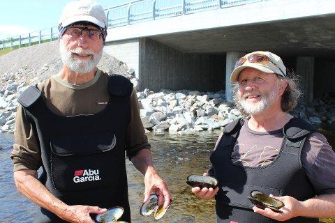 Kjell Sandaas (venstre) og Jørn Enerud er musling-eksperter. De har blitt hyret inn for å ta vare på bestanden av elvemusling som finnes i Storelva i TIngvoll.