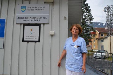 Mandag var klinikkleder Grete M. Gussiås alene på jobb fordi en sekretær var på utlån til klinikken i Surnadal. Slik løses den prekære situasjonen med mangel på ansatte.