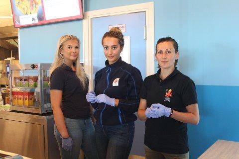 Fra venstre; Sara Oline Bergheim, Rozgar Skram og Petruta Bulea er klare for å ta imot gjester i Neptun Lekeland.