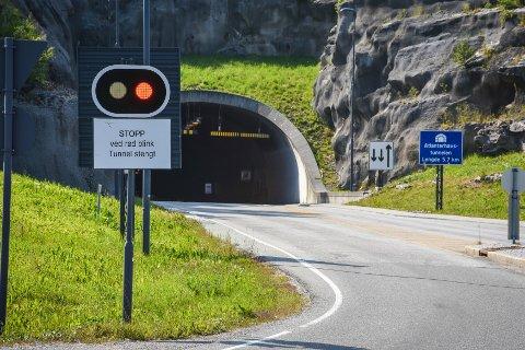 Atlanterhavstunnelen måtte onsdag morgen stenge fordi et rådyr hadde gått inn i tunnelen.