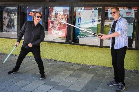Eskil «Obi Wan» Morch Olsen og «Darth» Eirik Kulø sier det er bra for Kristiansund at Caroline kino tar inn filmer som klassiske «Star Wars: Episode V – The Empire Strikes Back».