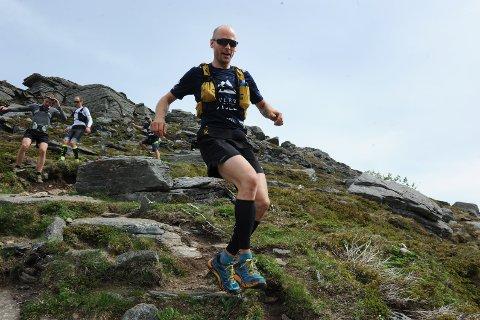 Espen Fredriksen er i gang med løpe opp og ned fra Meeknoken i ett døgn.  Her beinflyr ekstremløperen ned etter første tur på toppen og  med turfølget hakk i hæl.