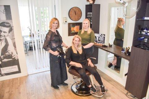 HÅRTRENDER: Stina Annette Gregersen (50), Mumune  Mehmed (28) og Marita Erlandsen Roksvåg (27) sier det er særlig én ting de må håndtere nå som salongene holder åpent igjen.