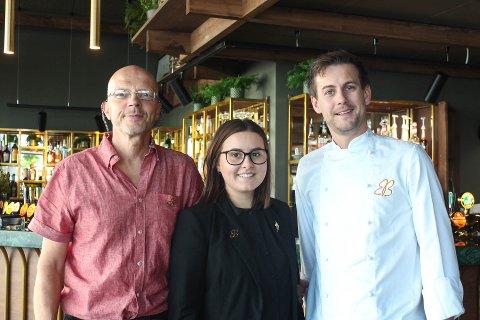 Daglig leder Stein Egil B. Rovde (fra venstre), restaurantsjef Beate Skomsøy og kokk Stian Stensønes Lillehaug .