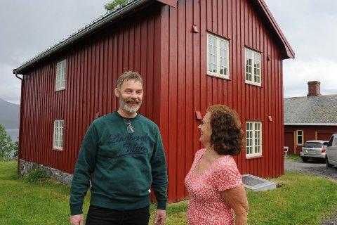 Prestegårdsinspektør Knut Berg og driftsleder for Kvernes stavkirke, Ann-Kristin Sørvik, gleder seg over at Borgstua på prestegårdstunet på Kvernes nå står ferdig. Rødfargen er identisk med fargen på det eldste malingslaget som ble funnet på raften.