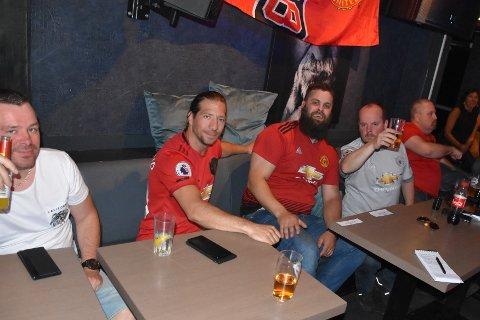 Fem av de som koste seg hos Christian's Bar søndag.