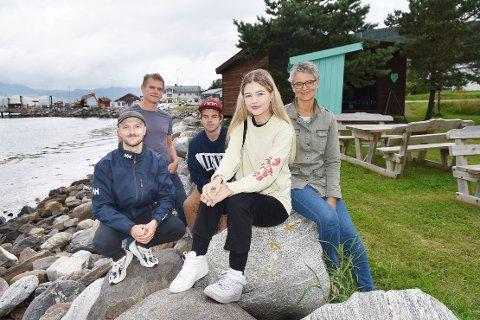 STYRET: Øyvind Glåmen (til venstre), Trond Baarset, Kristen Røe, Mari Jystad Halse og Trine Kristiansen Glåmen utgjør styret i Halsa Musikkutvikling. Lørdag håper de på god oppslutning når det inviteres til konsert der inntektene går til å dekke utgifter til øvingslokale lokale aktører får bruke gratis.