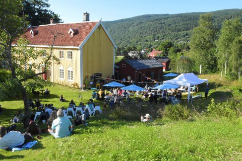 Plenen utenfor Prestegarden var arena for åpningskonserten til Stangvikfestivalen i fjor. Drøye 100 publikummere koste seg i varmen.
