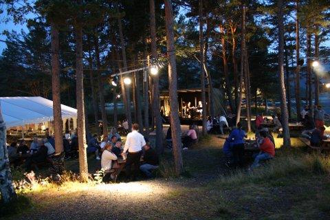 Trivelig: Folket koste seg på ved bordene mellom trærne på idylliske Hestholmen.