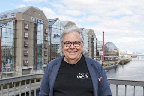 Kristiansunderen Ulf Dalheim (69) holder flere av VinPuls sine vinmesser i Royal Garden (bakgrunnen) i Trondheim.