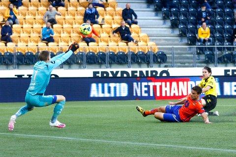 Starts Kasper Skaanes skyter på Aalesunds keeper Andreas Lie med Aalesunds Jonas Grønner foran under eliteseriekampen mellom Start og Aalesund på Sør Arena.
