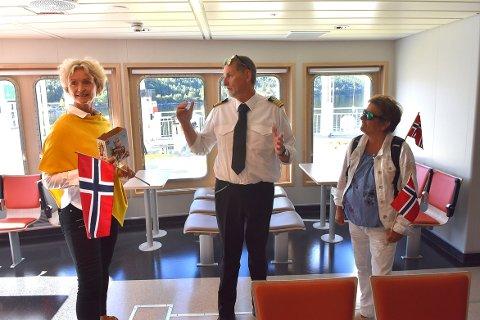 I DRIFT: Skipper Svein Bøe (i midten) forteller fylkesordfører Tove-Lise Torve (til venstre) og fylkespolitiker Lilly Gunn Nyheim om den nye ferga «Stangvikfjord», som ble satt inn på sambandet Kvanne-Rykkjem tirsdag.