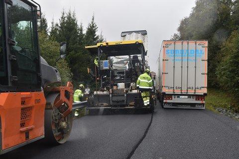 ETTERLENGTET: Asfaltarbeidet på strekningen Storås - kommunegrensen Rindal (Garberg) er i gang. Denne uken er det Storåsbakken som har fått nytt toppdekke, til stor glede for alle trafikanter.