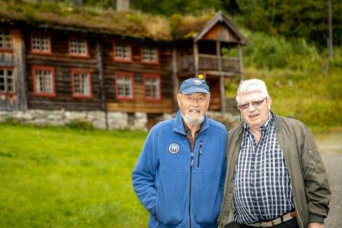 INNERDALEN: Styreleder Eirik Gudmundsen i Kristiansund og Nordmøre turistforening og bestyrer Iver Innerdal foran Innerdalshytta.