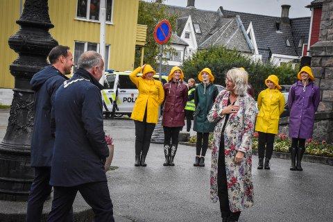 Kronprinsparet lot seg imponere da de var på besøk i Kristiansund. Kronprinsen og ordfører Kjell Neergaard ble tatt varmt imot av operasjef Line Lønning Andresen.