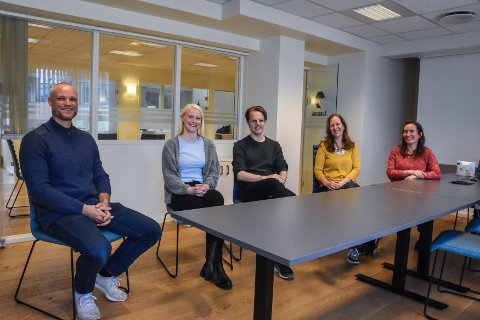Åkerblå går inn i Equinors satsning. Åkerblå i Kristiansund ansatte Tore Magnus A. Taklo (fra venstre), Hedda Kjølleberg Tengesdal og Aleksander Libæk i fjor sommer. Jenny-Lisa Reed og Barbo Klakegg var godt fornøyd med ansettelsene.