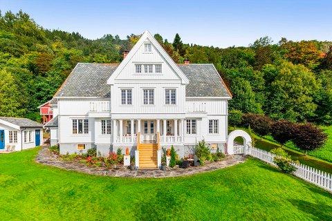 SOLGT: Eiendommen Rønnan, Stangvikvegen 677, er av nordmøres flotteste villaer, som inneholder både enebolig, hagestue og stabbur. Mandag ble eiendommen solgt.