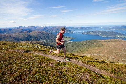 TORVIKBUKT 6 TOPPER: Løyperekordholder Ola Hovdenak i stor fart ned fra Reinsfjellet. I år blir han utfordret av NM-mester i terrengultra, Sebastian Krogvig.