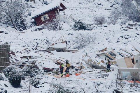 Redningsmannskaper arbeider fredag i skredområdet der et stort jordskred gikk ved Ask i Gjerdrum kommune onsdag. Flere boliger er tatt av skredet og 10 personer er savnet. Over 1000 personer i området er evakuert. Foto: Terje Bendiksby / NTB