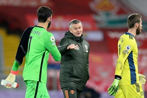 Manchester United-manager Ole Gunnar Solskjær gratulerer keeper Alisson med å ha stått en strålende kamp i Liverpool-målet.