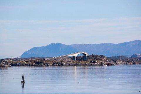 Status som turiststed betyr at man kan ha tilbud - også på søndager, påpeker Odd Sigbjørn Tvestad i Averøy Høyre.