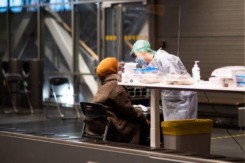 MANGE GRUER SEG: De ansatte ved teststasjonen forteller at de fleste virker nervøse når de kommer for å ta koronatest. – Men mange sier de blir positivt overrasket.
