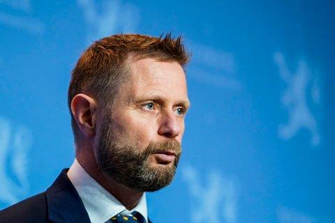 Helse- og omsorgsminister Bent Høie (H) mener at såkalte ostehøvelkutt ikke kan forklare hvorfor Danmark tester flere virusprøver for mutasjoner enn Norge.