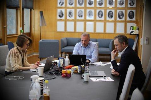 Kristiansund bystyre den 28. januar ble avviklet digitalt og ledet fra formannskapet av Toril Skram (fra venstre), Kjell Neergaard og Arne Ingebrigtsen.