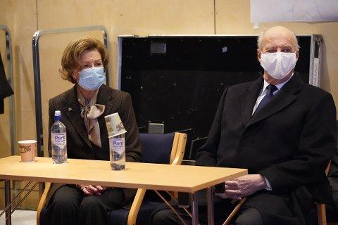 Kong Harald, dronning Sonja og kronprins Haakon besøker operasjonsrommet til kriseledelsen i Gjerdrum kommune, som er opprettet i Gjerdrum kulturhus.
