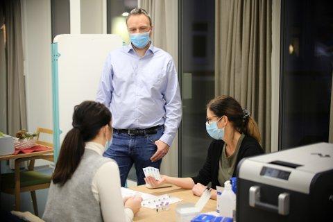 Kommuneoverlege Askill Sandvik overvåker oppstarten av vaksineringen i Kristiansund.