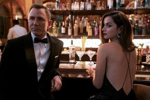 "Daniel Craig får dessverre litt for lite tiden sammen med Ana de Armas i ""No Time To Die."""