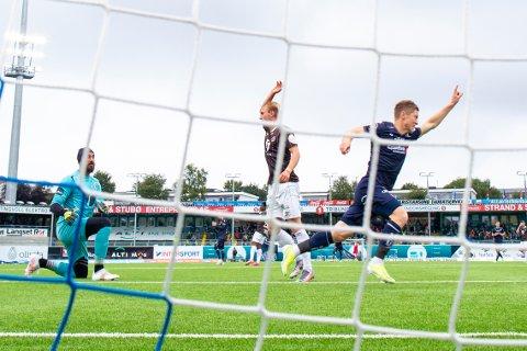 Mjøndalen-keeper Sosha Makani blir anklaget for kampfiksing. Klubben - som onsdag tar imot Kristiansund - har varslet Norges Fotballforbund. Her har Makani sluppet inn en ball fra Torgil Gjertsen i et tidligere møte mellom de to lagene. (Arkivfoto)