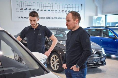 Travelt: Skodaansvarlig Eric Wisniewski (venstre) og Idar Slatlem ekspederer en kunde som er interessert i den nye Skoda-modellen.