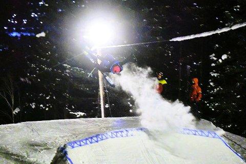 HØYE SVEV: Akrobatikk av høy klasse under Freeski Cup i Surnadal torsdag kveld.