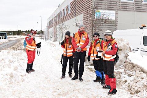 Røde Kors mobiliserte medlemmer fra Tingvoll, Molde og Kristiansund i forbindelse med leteaksjonen i Kristiansund. Jannike Lervåg (fra venstre), Christina Noble Hisdal,  Mathias Stenberg, Bjørn Ove Vikhagen og Unni Stølen er blant dem som har deltatt i letingen.
