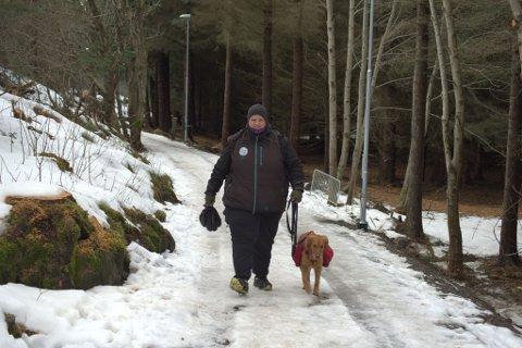 – Det bruker alltid å være mye bæsj som dukker opp når snøen forsvinner, men i år synes jeg det er ekstra ille, sier Ole Morten Størseth. Bare i løpet av tirsdagen plukket han mange kilo bæsj fra andre hunder enn Sona (jaktgolden). Her på tur til Klubba.
