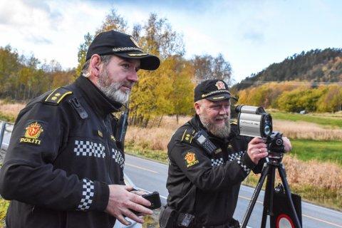 Overbetjentene Jan Arild Hanssen (til venstre) og Leif Ragnar Hoseth i UP 414 er ofte å se langs veiene på Nordmøre. Nå advares det mot varslingsgruppene hvor det avsløres hvor politiet gjennomfører trafikkontroll. (Arkivfoto)