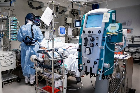 Ett år etter utbruddet av koronapandemien er det fremdeles bare 289 intensivplasser ved norske sykehus. Her fra behandling av pasienter med covid-19 på intensivavdelingen på Oslo universitetssykehus Rikshospitalet.