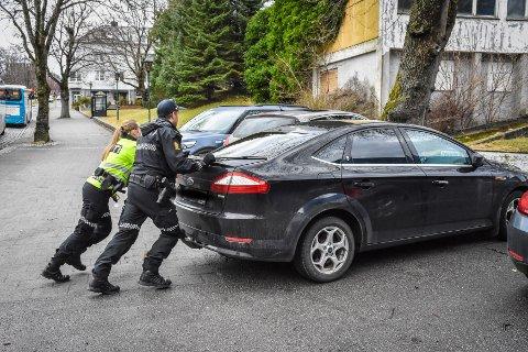 Politibetjent Andreas Moseng Jakobsen og en kollega fikk bilen av veien og tilbake på parkeringsplassen.