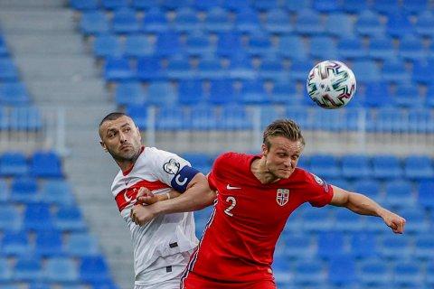 Stian Gregersen i kamp mot Tyrkias Burak Yilmaz under landskampen mellom Norge og Tyrkia på La Rosaleda stadion i Malaga lørdag kveld.