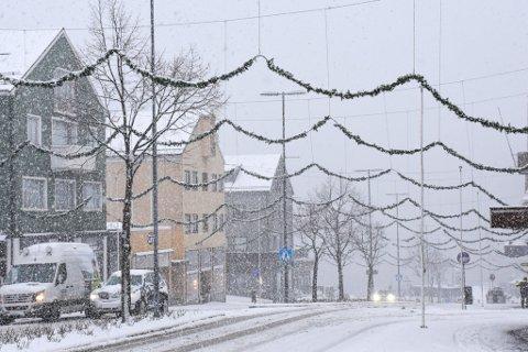 JUL: Julepynten henger fortsatt over Kaibakken i Kristiansund.