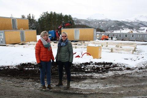 BEKYMRET: Tove Karin Halse Lervik og Solvår Skogen Sæterbø er bekymret for trafikksikkerheten på Valsøya der det anlegges brakkerigg for E39-entreprenøren.