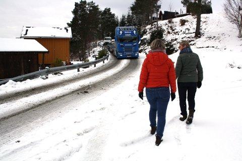 SMAL VEI: Tove Karin Halse Lervik og Solvår Skogen Sæterbø mener det burde ha vært bygd gangvei for å bedre trafikksikkerheten for brukere av veien på Valsøya som nå er anleggsvei  i forbindelse med bygging av brakkerigg.