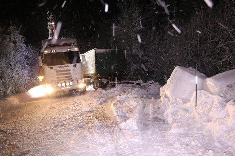 Rundballer og trailer av veien natt til tirsdag.