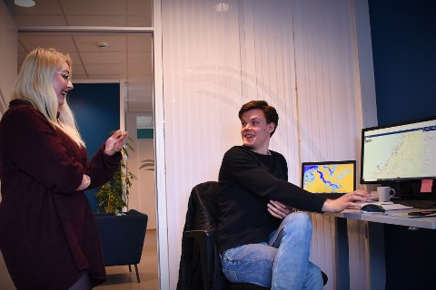 BIDRAR TIL BÆREKRAFT: Som miljørådgivere sørger Anja Hervik (28) og Henrik Strøm (25) for at oppdretterne ivaretar hensyn til miljø og fiskevelferd.