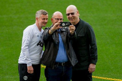 Manchester United-eierne Joel og Avram Glazer møter kritikk. Her er de sammen med manager Ole Gunnar Solskjær.