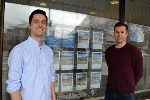 Trond Gyldenskog Nedal (t.v.) og Marius Mellemseter Nes i Eiendomsmegler1 Sunndal/ Surnadal mener situasjonen med så få boliger ute på markedet er et historisk bunnpunkt.